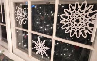 Как быстро приклеить снежинки на окно чтобы они не отпали?