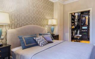 Спальня с объемной стеной и зеркальным гардеробом