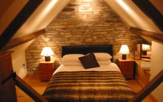 Примеры создания уютной спальни на чердаке